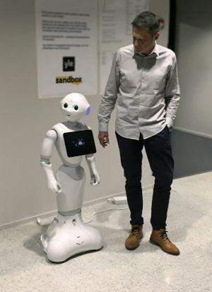 Ceiton CEO Bernd Krechel trifft die KI Pepper beim Kunden Yle